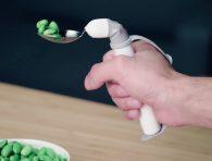 Engelliler için yemek yemeyi kolaylaştıran kaşık