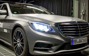 Mercedes karşıdan gelen sürücünün gözünü almayan akıllı far üretiyor
