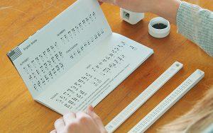 Braille alfabesi ile etiket yazmak için ekonomik yazma kiti