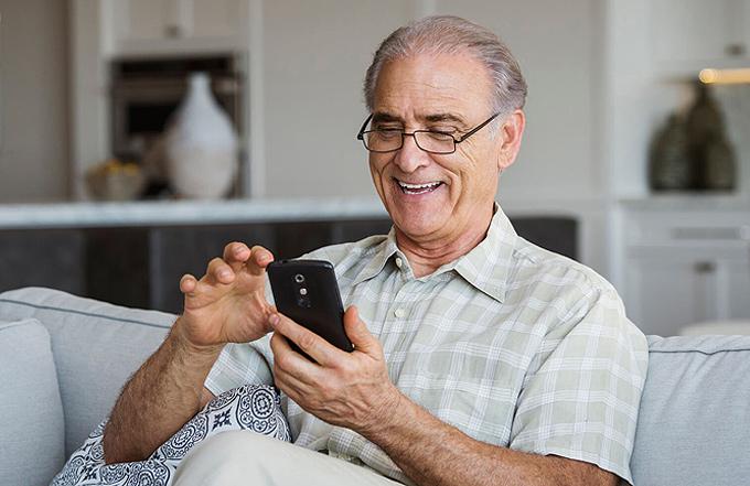 Yaşlılar için normal telefon ve akıllı telefon seçenekleri