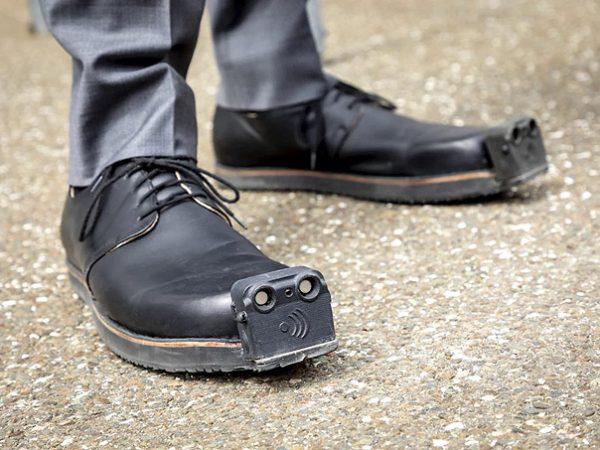 Görme engelliler için kameralı ayakkabı